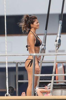 Николь Шерзингер в черном бикини на яхте фото #15