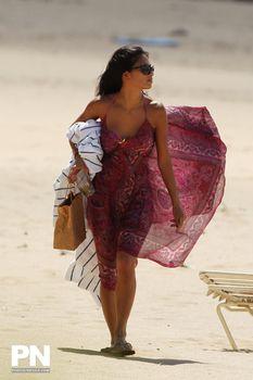 Соблазнительная Николь Шерзингер загорает на пляже в Гонолулу фото #1