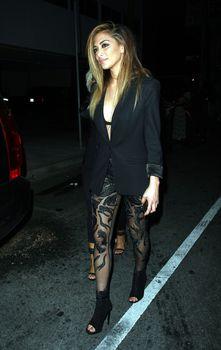 Попа Николь Шерзингер покидает ночной клуб Warwick фото #1