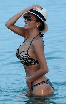 Голый сосок Николь Шерзингер на пляже в Миконосе фото #3