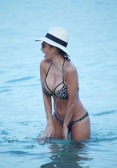 Голый сосок Николь Шерзингер на пляже в Миконосе фото #4
