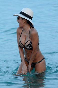 Голый сосок Николь Шерзингер на пляже в Миконосе фото #5
