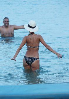 Голый сосок Николь Шерзингер на пляже в Миконосе фото #9
