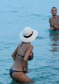 Голый сосок Николь Шерзингер на пляже в Миконосе фото #10