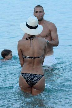 Голый сосок Николь Шерзингер на пляже в Миконосе фото #11