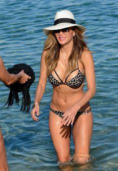 Голый сосок Николь Шерзингер на пляже в Миконосе фото #16