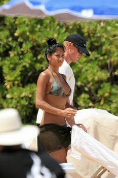 Сексуальная Николь Шерзингер на пляже в Гавайях фото #1