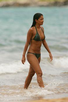 Сексуальная Николь Шерзингер на пляже в Гавайях фото #11