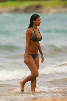 Сексуальная Николь Шерзингер на пляже в Гавайях фото #22