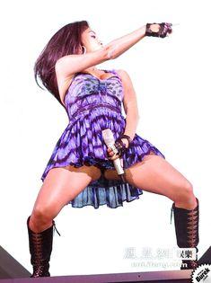 Николь Шерзингер светит трусиками на сцене фото #6