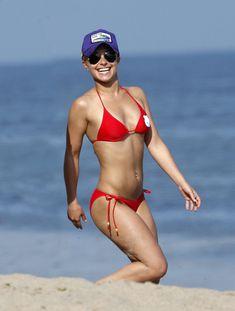 Хайден Панеттьери в красном бикини на пляже Малибу фото #2