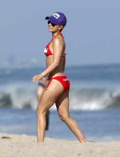 Хайден Панеттьери в красном бикини на пляже Малибу фото #7