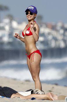 Хайден Панеттьери в красном бикини на пляже Малибу фото #15