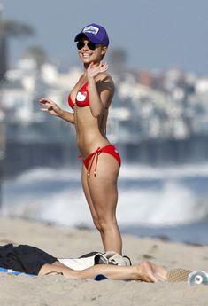 Хайден Панеттьери в красном бикини на пляже Малибу фото #16