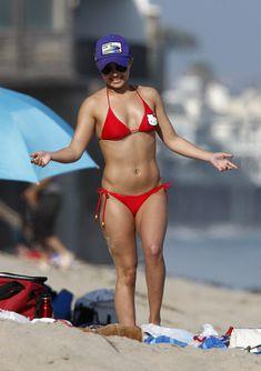 Хайден Панеттьери в красном бикини на пляже Малибу фото #20