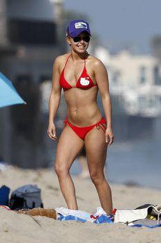 Хайден Панеттьери в красном бикини на пляже Малибу фото #23