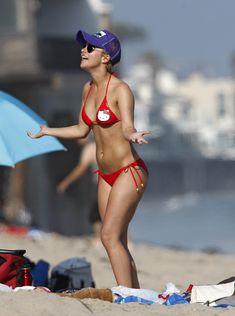 Хайден Панеттьери в красном бикини на пляже Малибу фото #25