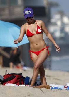 Хайден Панеттьери в красном бикини на пляже Малибу фото #30