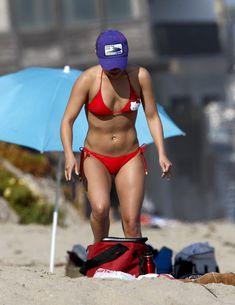Хайден Панеттьери в красном бикини на пляже Малибу фото #31
