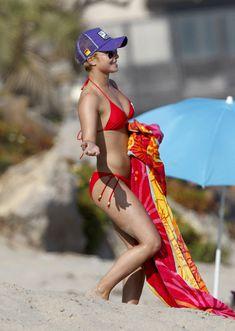 Хайден Панеттьери в красном бикини на пляже Малибу фото #32
