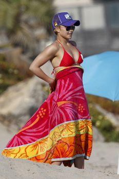 Хайден Панеттьери в красном бикини на пляже Малибу фото #33