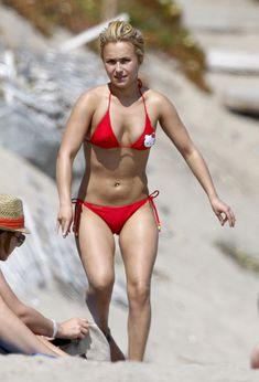 Хайден Панеттьери в красном бикини на пляже Малибу фото #40