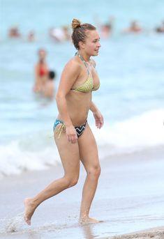 Сексуальное тело Хайден Панеттьери в бикини на пляже Майами фото #10