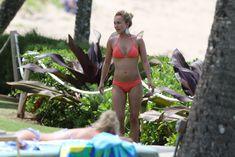 Хайден Панеттьери в розовом бикини на пляже в Гавайях фото #7