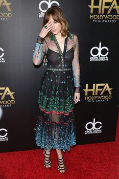 Дакота Джонсон засветила соски на премии Hollywood Film фото #3