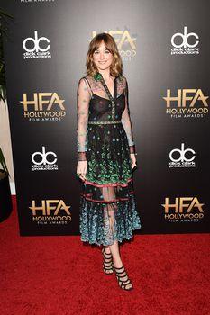 Дакота Джонсон засветила соски на премии Hollywood Film фото #4