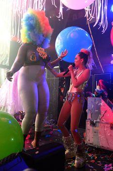 Развратная Майли Сайрус с фалосом на сцене фото #7