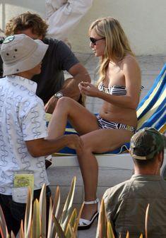 Кристен Белл снимается в бикини для сериала «Герои» фото #2