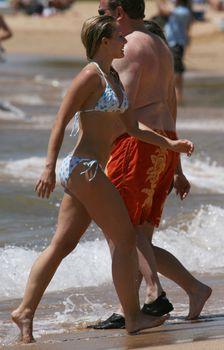 Мокрая и возбуждающая Кристен Белл выходит из воды фото #4