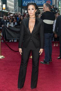Открытое декольте Деми Ловато на Billboard's 10th Annual Women In Music фото #18