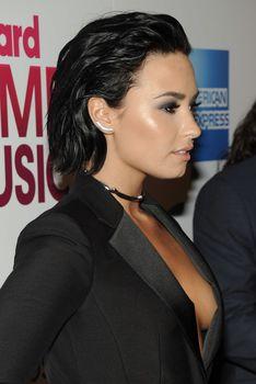 Открытое декольте Деми Ловато на Billboard's 10th Annual Women In Music фото #38