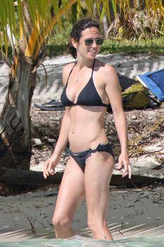 Дженнифер Коннелли в черном бикини на пляже фото #1