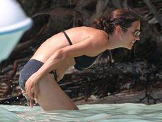 Дженнифер Коннелли в черном бикини на пляже фото #5