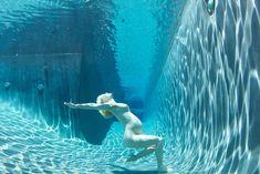 Обнаженная беременная Дженьюэри Джонс под водой в бассейне фото #1
