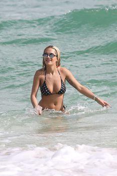 Возбуждающая Рита Ора в бикини на пляже Майами фото #5