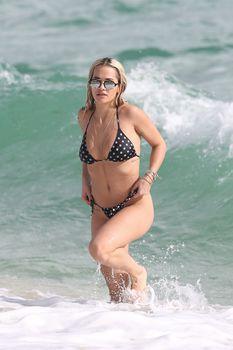 Возбуждающая Рита Ора в бикини на пляже Майами фото #12