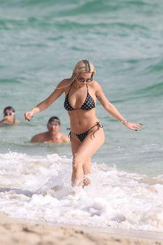 Возбуждающая Рита Ора в бикини на пляже Майами фото #23