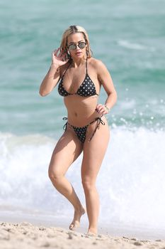 Возбуждающая Рита Ора в бикини на пляже Майами фото #31