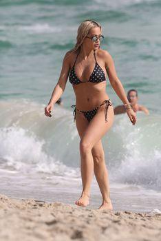Возбуждающая Рита Ора в бикини на пляже Майами фото #36