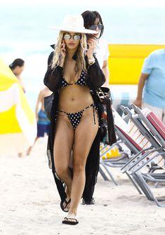 Возбуждающая Рита Ора в бикини на пляже Майами фото #77