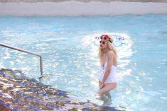 Соблазнительная Рита Ора возле бассейна фото #9