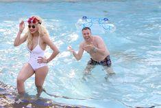 Соблазнительная Рита Ора возле бассейна фото #11
