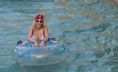 Соблазнительная Рита Ора возле бассейна фото #17