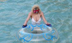 Соблазнительная Рита Ора возле бассейна фото #18