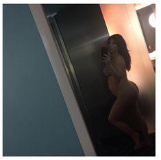Беременная Ким Кардашьян стоит голышом перед зеркалом фото #1