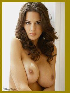 Полностью голая Тиффани Тейлор  в журнале Playboys Nude Playmates фото #1